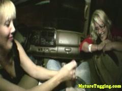 Дрочит член другу в машине