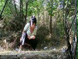 Пожилая женщина писает в лесу