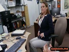 Телочка пришла в магазин, где снимают порнуху